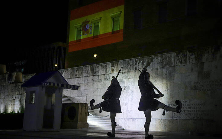 Μόλις έδυσε ο ήλιος η Βουλή φωταγωγήθηκε με τα χρώματα της ισπανικής σημαίας