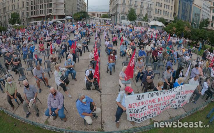 Η ξεχωριστή συγκέντρωση συνταξιούχων στο κέντρο της Αθήνας: Σε καρέκλες, με αποστάσεις και με μάσκες